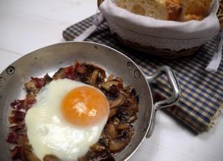 huevos al plato con champiñones y jamón 1