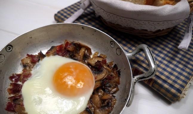 Huevos al plato con champiñones